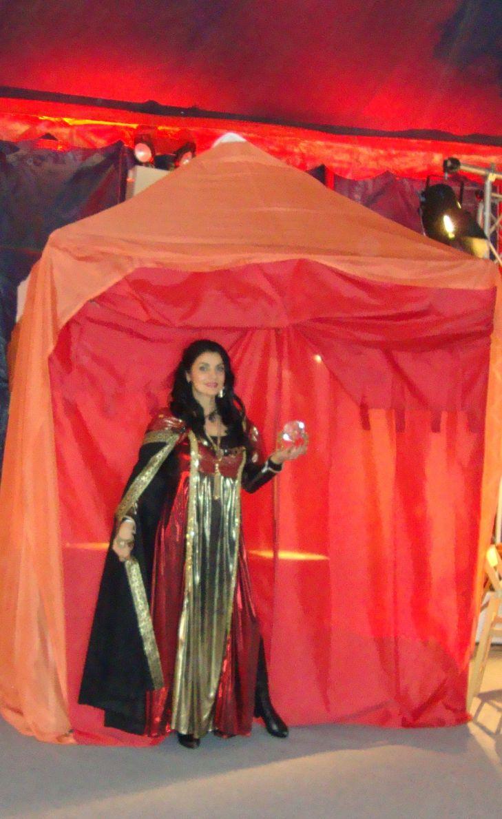 Wahrsagerin Shoana mit eigenem Zelt 2013